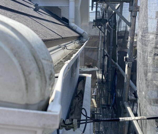 埼玉県久喜市 屋根工事 施工前の状態② 棟板金の浮き 雨樋の歪み 屋根材の欠け、割れ (4)